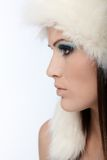 Härlig kvinnlig profil på vintern Arkivfoto