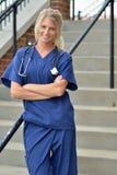 Härlig kvinnlig sjukvårdprofessionell Arkivfoton