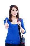 härlig kvinnlig som ger upp teckendeltagaretumen Royaltyfri Foto