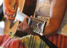 Härlig kvinnlig spela gitarr i färgrik kjol Fotografering för Bildbyråer