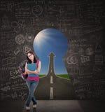 Härlig kvinnlig student som framme står av nyckelhålet av framgång arkivfoton