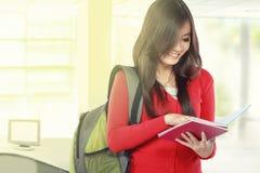 Härlig kvinnlig student som läser en bok Royaltyfri Fotografi