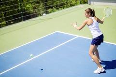 Härlig kvinnlig tennisspelare i handling arkivbild