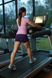 Härlig kvinnligidrottsman nen på en Treadmill (2) Royaltyfria Bilder