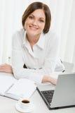 härlig kvinnligkontorsarbetare Fotografering för Bildbyråer