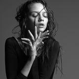 härlig kvinnligmodellstående Arkivfoto
