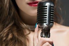 härlig kvinnligsångare royaltyfri foto