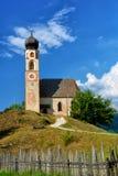 Härlig kyrka i italienska fjällängar Royaltyfri Bild