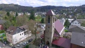 Härlig kyrka i Tyskland Flyg- sikt av Engelskirchen stock video