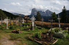 Härlig kyrkogård i bergen med storartad sikt till distinctivberget Arkivfoto