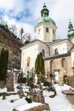 Härlig kyrkogård med blå himmel Fotografering för Bildbyråer