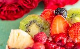Härlig läcker söt kaka med bär Jordgubbar kiwi, vinbär, björnbär, hallon, ananas på kexet royaltyfria foton