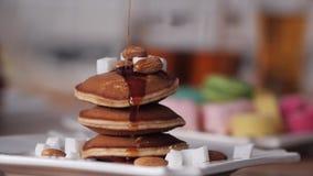 Härlig läcker sund frukost av pannkakan Sirap som häller på pannkakorna Efterr?tt av pannkakor med sirap brigham arkivfilmer