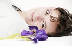 härlig läggande brunnsortkvinna Royaltyfria Foton
