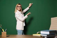 Härlig lärarehandstil på den svart tavlan arkivbilder