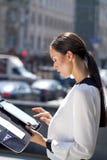 Härlig läs- notepad för affärskvinna arkivbilder