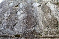Härlig lättnad och textur av stenen med modeller och mossa Naturlig bakgrund för sten arkivfoto