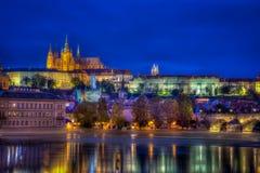 Härlig lång exponeringsnattsikt vid vattnet med den Prague slotten royaltyfria foton