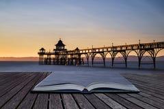 Härlig lång exponeringssolnedgång över havet med pirkontur c Royaltyfria Bilder