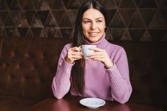 Härlig lång hårflicka som dricker kaffe Fotografering för Bildbyråer
