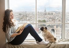 Härlig lång haired kvinna som tycker om den Paris Frankrike sikten utanför fönstret arkivfoton