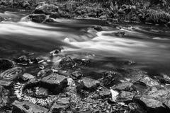 Härlig långsam slutarehastighet på vattenfall i södra Wales Royaltyfri Foto