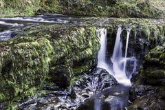 Härlig långsam slutarehastighet på vattenfall i södra Wales Arkivbild