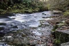 Härlig långsam slutarehastighet på vattenfall i södra Wales Arkivfoto