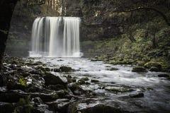 Härlig långsam slutarehastighet på vattenfall i södra Wales Royaltyfri Bild