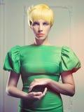 Härlig lady i grön klänning Arkivbild