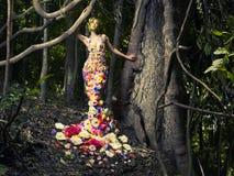 Härlig lady i klänning av blommor Arkivbilder