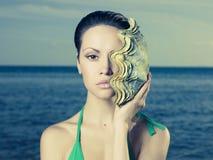 Härlig lady med det stora havsskalet Arkivfoton