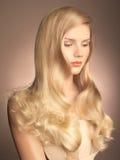 Härlig lady med storartat hår arkivbild