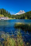 Härlig Lago di Misurina i dolomitesna i nordliga Italien royaltyfri fotografi