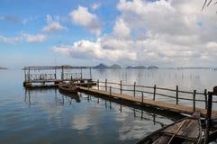 Härlig lagun med strandpromenaden, landskap royaltyfri bild
