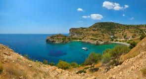 Härlig lagunstrand i den grekiska ön Aegina Royaltyfri Bild