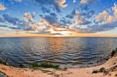 härlig lake över solnedgång Arkivfoton