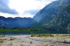 Härlig lake i bergen Arkivfoton