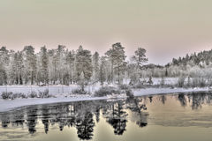 Härlig lake på solnedgången, Lapland, Finland Royaltyfri Foto