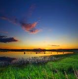 härlig lakesolnedgång fotografering för bildbyråer
