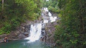 Härlig Lampi vattenfall i den KhaoLak - Lumru nationalparken lager videofilmer