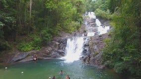 Härlig Lampi vattenfall i den KhaoLak - Lumru nationalparken arkivfilmer