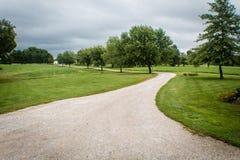 Härlig landsgränd som leder för att bruka, på en stormig sommardag i Illinois royaltyfri fotografi