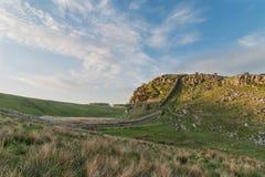 Härlig landskapbild av väggen för Hadrian ` s i Northumberland på Arkivfoton