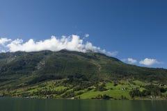 Härlig landskapsikt av en liten by på kullen i Norge royaltyfri fotografi