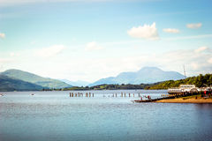 Härlig landskapsikt av Loch Lomond i Skottland under Summe Royaltyfri Bild
