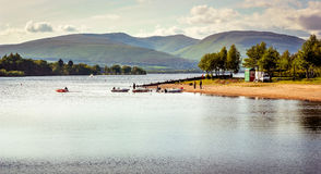 Härlig landskapsikt av Loch Lomond i Skottland under Summe Arkivfoton