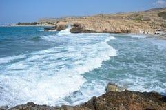 Härlig landskapsikt av stora vågor och en stenig strand av Kreta Royaltyfri Fotografi