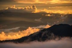 Härlig landskapsolnedgång med molnig säsong Arkivbilder