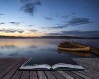 Härlig landskapsoluppgång över den stilla sjön med fartyg på bryggan Arkivfoto